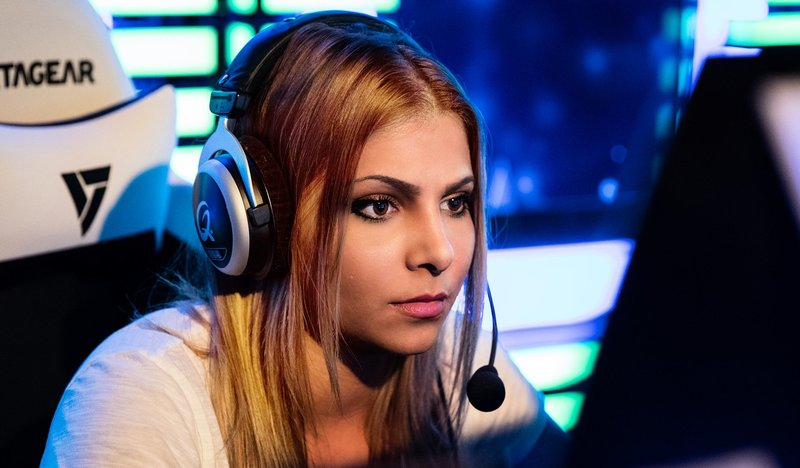 Девушка-геймер в наушниках с микрофоном