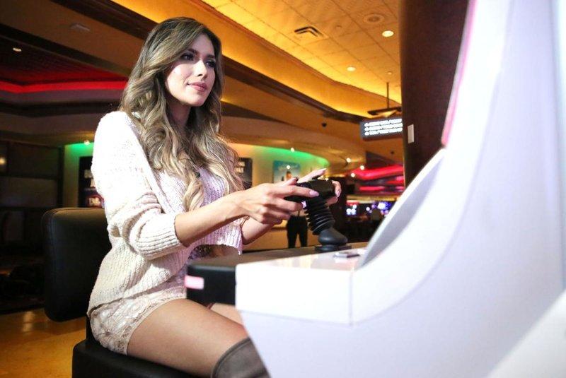 Девушка играет в автоматах