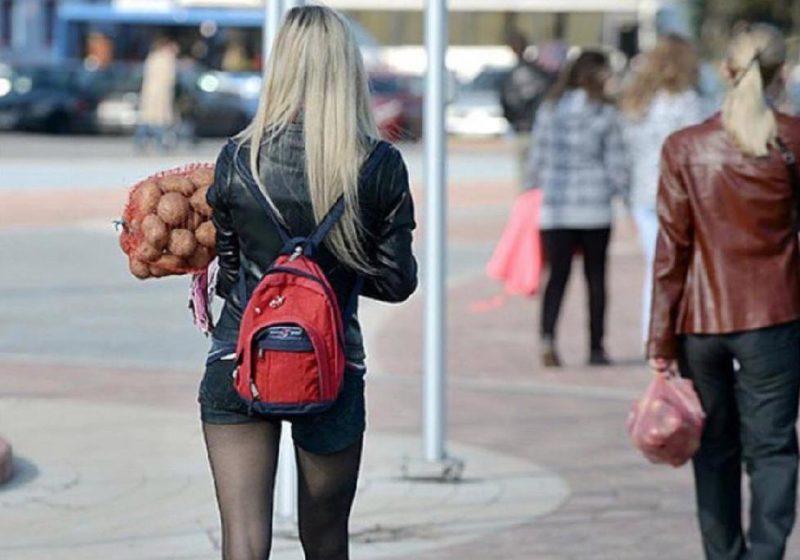 Девушка с мешком картошки