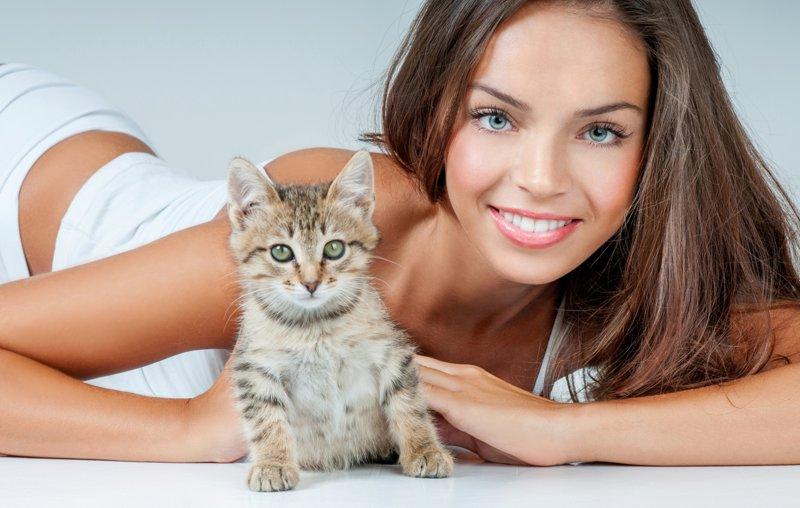 Шатенка и котенок