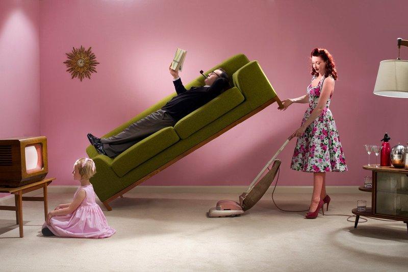 Домохозяйка убирается
