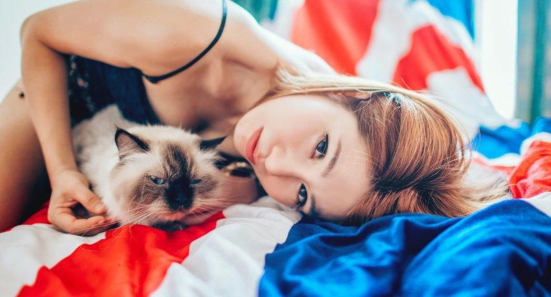 Японка с котиком