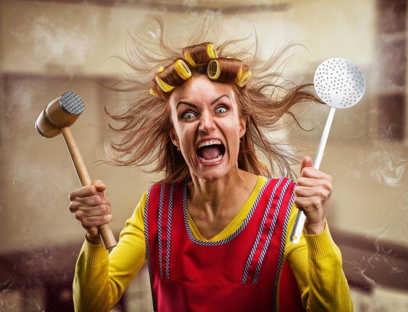 Женщина с кухонными приборами