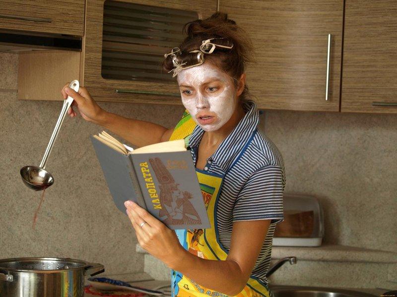 Девушка готовит и читает