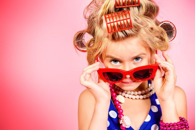 Девочка в очках и с бигудями