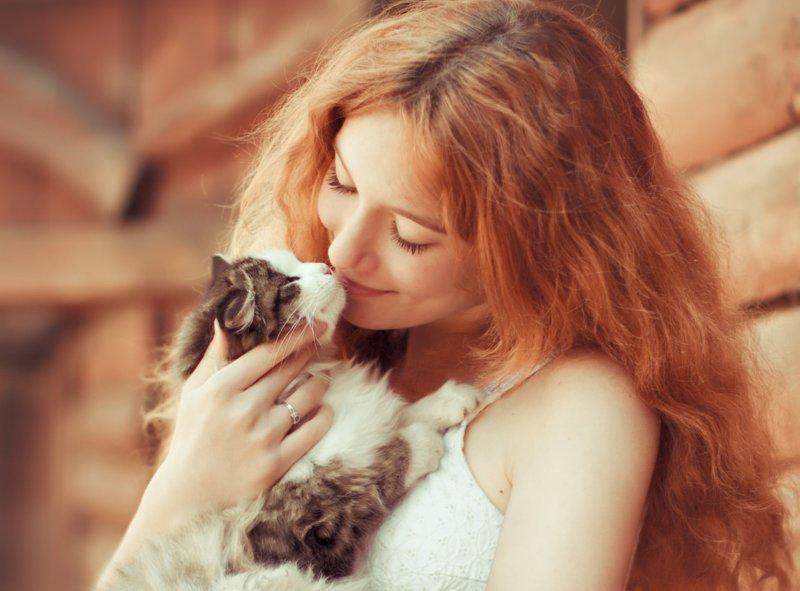 Рыжая обнимает котика