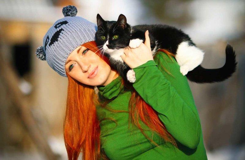 Котик на плече девушки