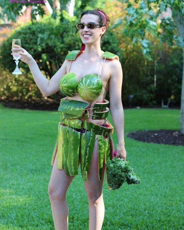 Девушка в костюме из арбуза