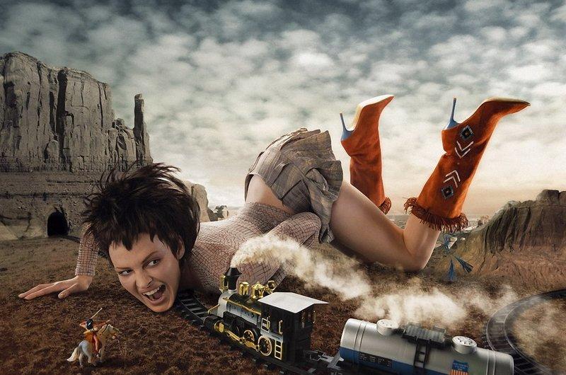 Девушка с игрушечным поездом