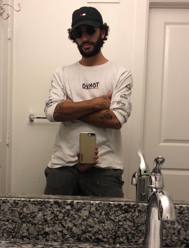 Селфи в зеркале с тремя руками