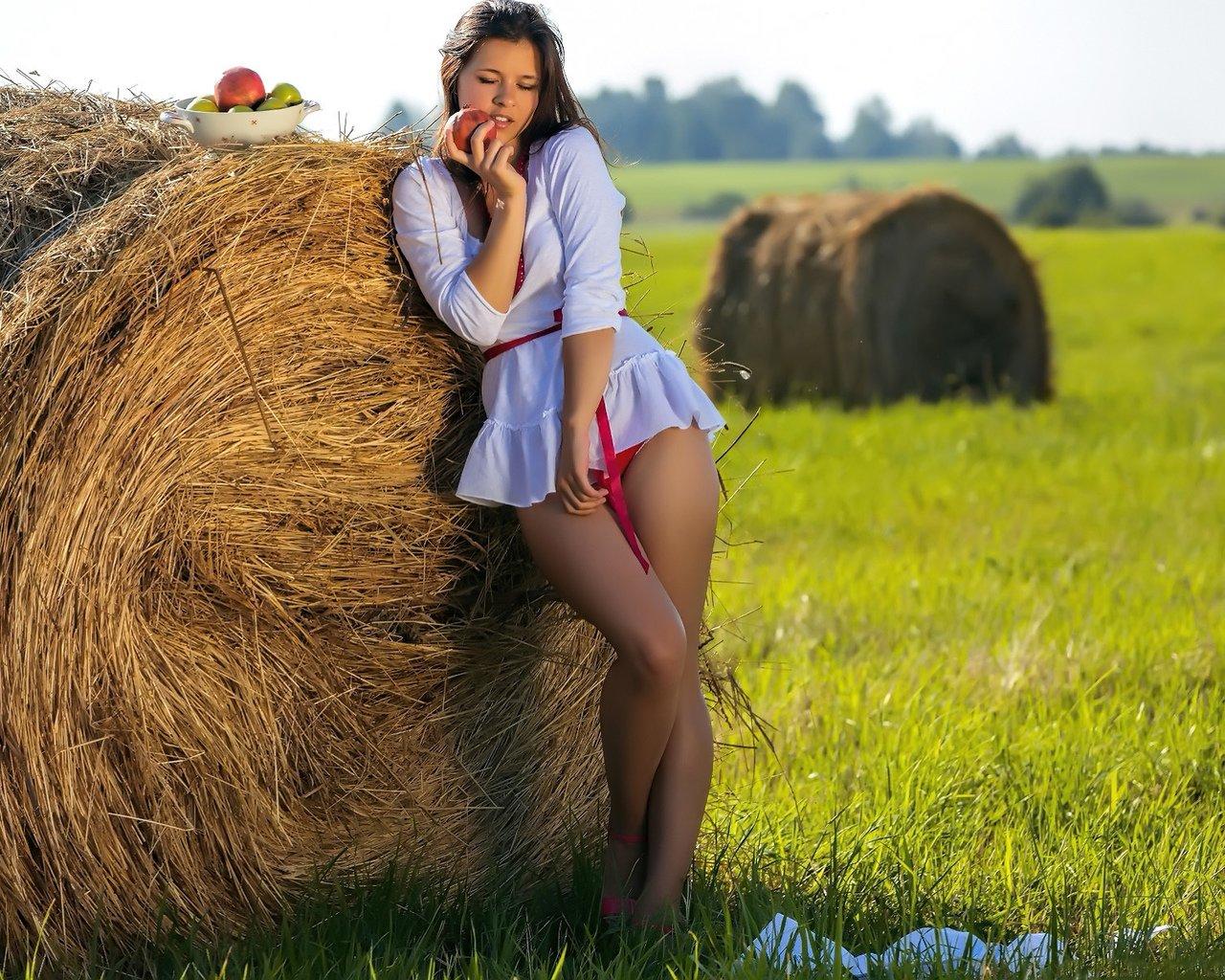 Фото сельская девушка с сеном