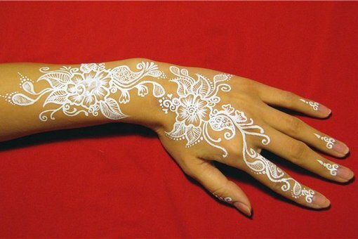 Роспись краской на руках